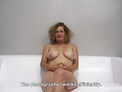 Peaches woman with curly hair is getting fucked via a occupation pertain and moaning while cumming