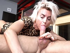 Hot ass mature Pavlina spreads her legs to execrate fucked off out of one's mind a trestle